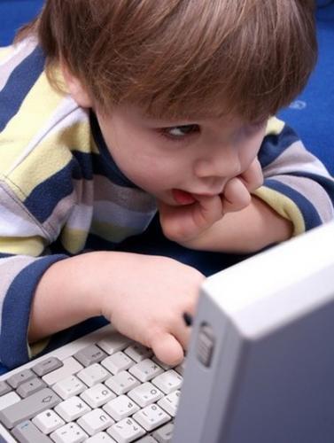 Ребенок возле компьютера